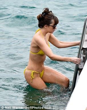 A atriz manteve um controlo apertado sobre as escadas como ela fez seu caminho na água