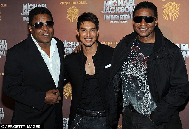 Lembrando: Tito Jackson, Jamie King e Marlon Jackson representam juntos