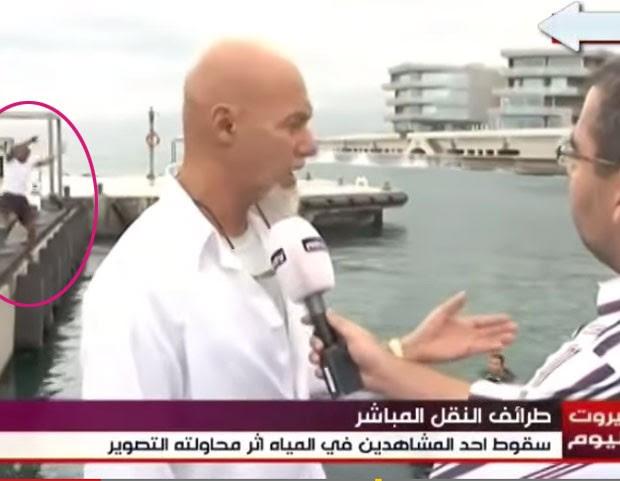 Homem tentou fazer selfie na borda de um caís, desequilibrou-se e caiu na água (Foto: Reprodução/YouTube/some thong)