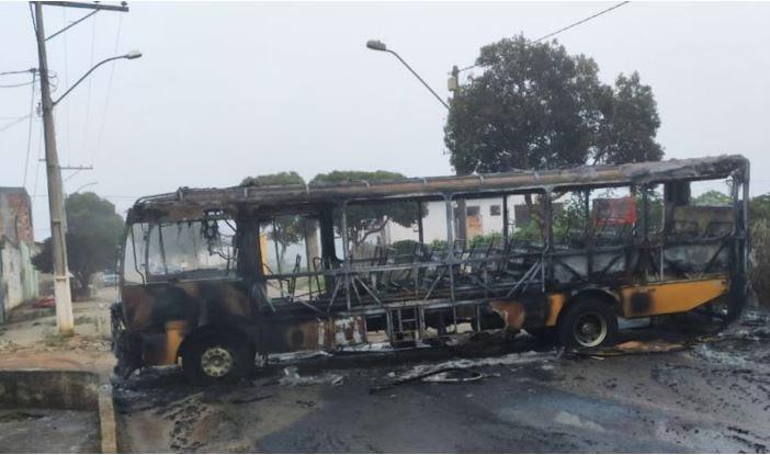 Ônibus escolar usado em barreira sanitária é incendiado em Barra do Choça