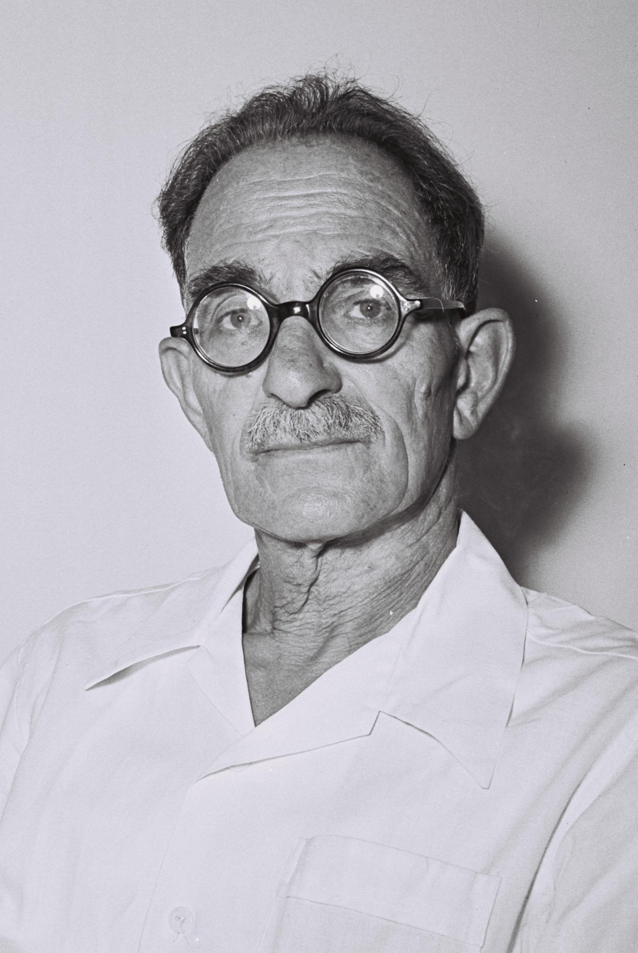 http://upload.wikimedia.org/wikipedia/commons/2/27/Moshe_erem.jpeg