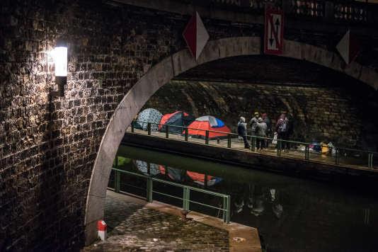 """Les bénévoles en maraude le long des quais dans le 19e arrondissement de Paris à l'occasion de la première """"Nuit de la Solidarité"""" le 15 janvier."""