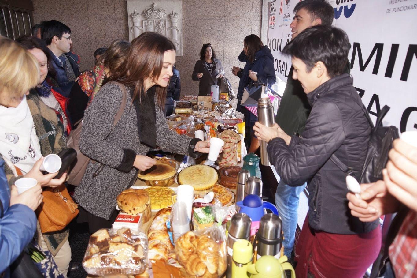 Desayuno solidario en los juzgados de Vigo. // Vicente Alonso