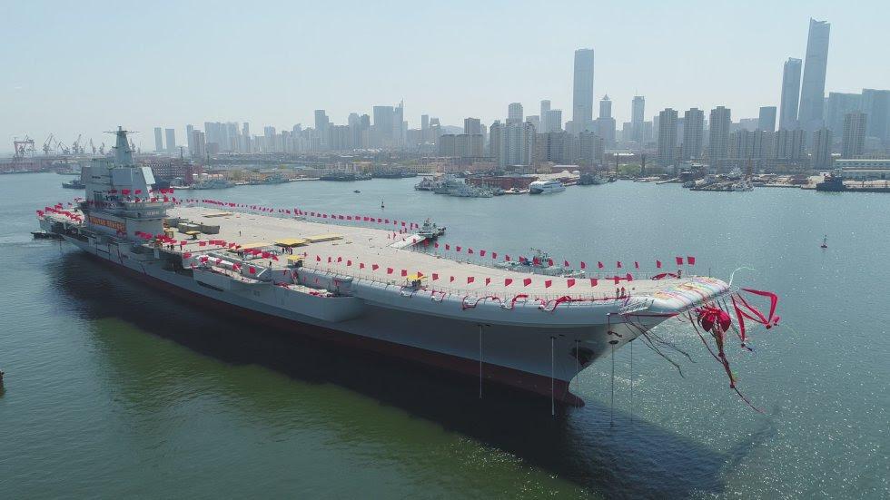 El portaaviones de nueva construcción es trasladado desde el muelle seco al agua en una ceremonia de lanzamiento en un astillero en Dalian, en el noreste de China.