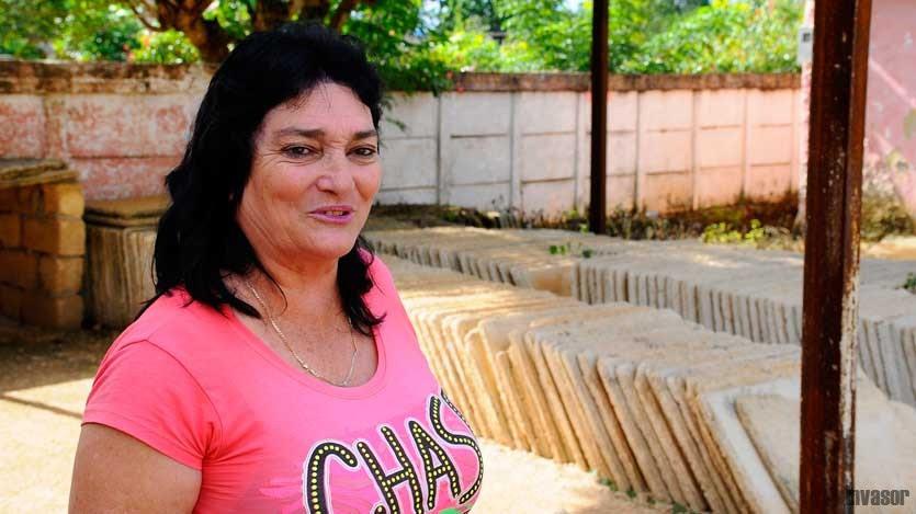 Yolanda Domínguez de la Fuente muestra un lote de plaquetas