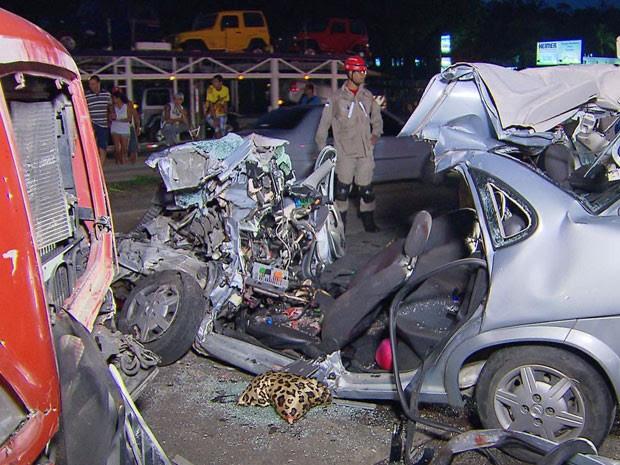 Carro da família ficou completamente destruído (Foto: Reprodução / TV Globo)