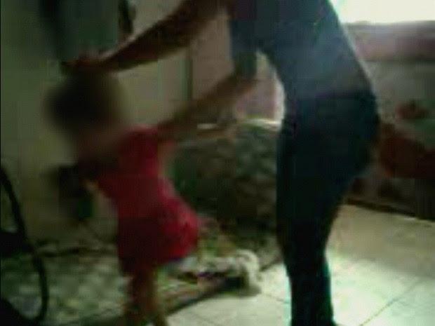 Nas imagens, mãe morde e bate na criança com pedaço de madeira (Foto: Reprodução/TV Amazonas)