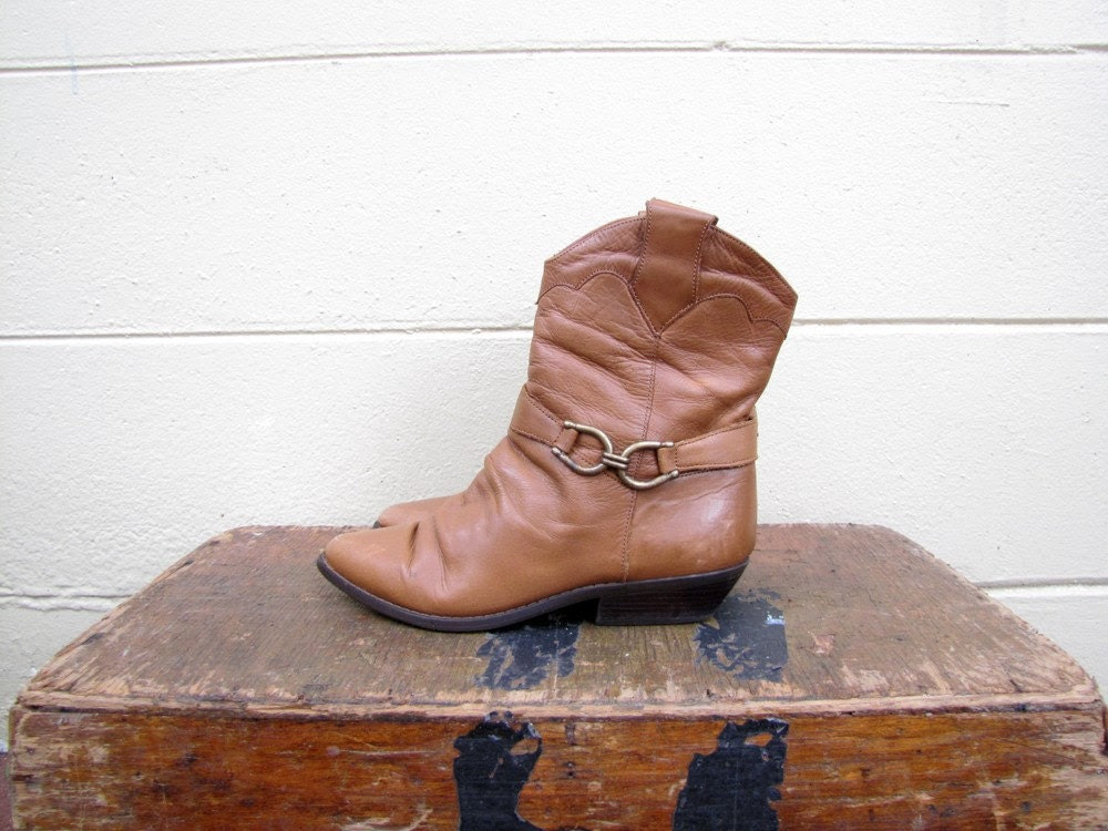 Vtg 80s Caramel brown Dingo ankle cowboy boots with clasps 6M