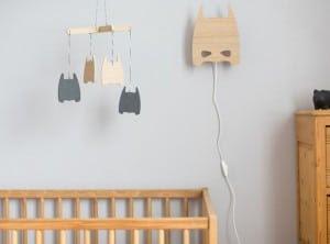 hout-blank-kinderkamer-tafel-stoel-kist-opbergen-lamp-verlichting-speelgoed-schommel-poster-poppenwagen-ladylemonade_nl2