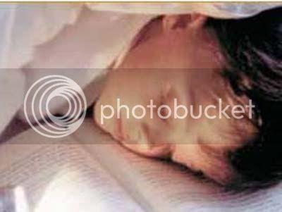 Niño durmiendo sobre libro