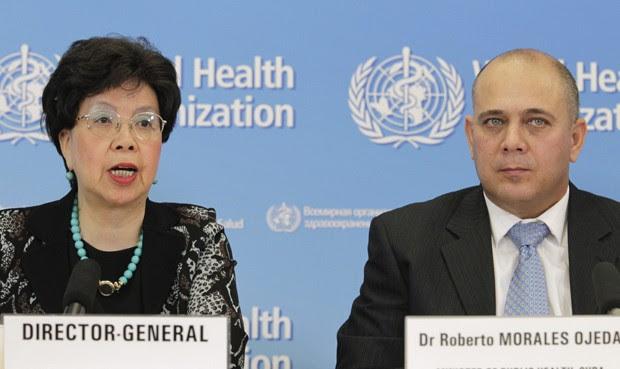 Diretora da OMS, Margaret Chan, fala à imprensa em Genebra ao lado do ministro de Saúde de Cuba, Roberto Morales Ojeda, que anunciou nesta sexta-feira (12) o envio de 165 profissionais de saúde a Serra Leoa (Foto: Reuters/Pierre Albouy)