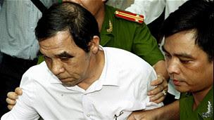 Ông Huỳnh Ngọc Sỹ bị công an áp giải