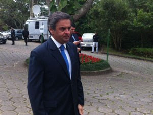 O senador Aécio Neves compareceu ao velório de Civita  (Foto: Tatiana Santiago/g1)