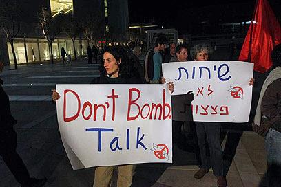 """""""שיחות, לא פצצות. הערב בתל אביב"""" (צילום: מוטי קמחי)"""