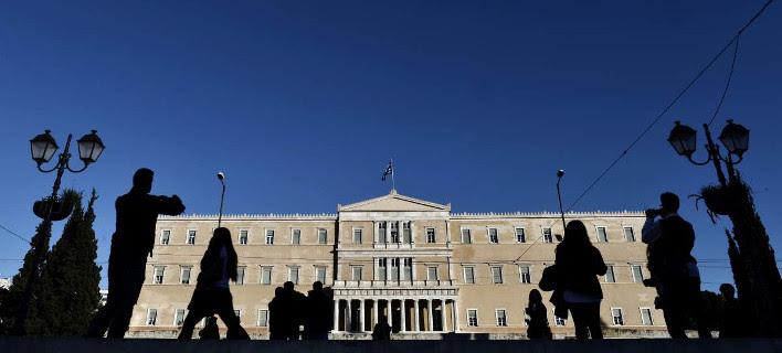 Financial Times: Η Αθήνα βάζει χέρι στα ασφαλιστικά ταμεία για να βρει λεφτά