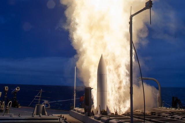 """La Armada de Estados Unidos ejecutó una exitosa prueba de vuelo del aire en la superficie-a-Misil Estándar-6 (SM-6) en el White Sands Missile Range, agosto 14 Durante la prueba de vuelo """"Julieta"""", la Marina examinó la capacidad del misil para interceptar un objetivo de baja altitud subsónica sobre la tierra. Julieta es una de 10 en la prueba de seguimiento y evaluación operacionales (FOT & E) actos previstos para el desempeño de SM-6 misiles y demostración."""