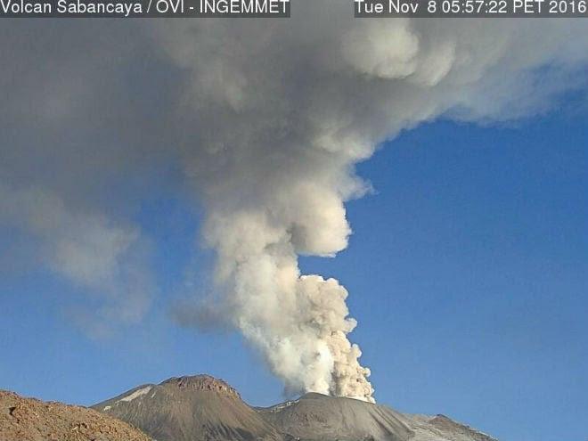 Sabancaya volcan, éruption Sabancaya volcan, l'éruption du volcan de Sabancaya novembre 2016, Sabancaya volcan entre en éruption après 18 ans, explose Sabancaya volcan nov 2016 deux fois