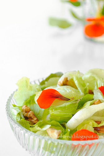 Insala di Nasturzi e Frutta Secca-Dried Fruit and Nasturtium Flower Salad