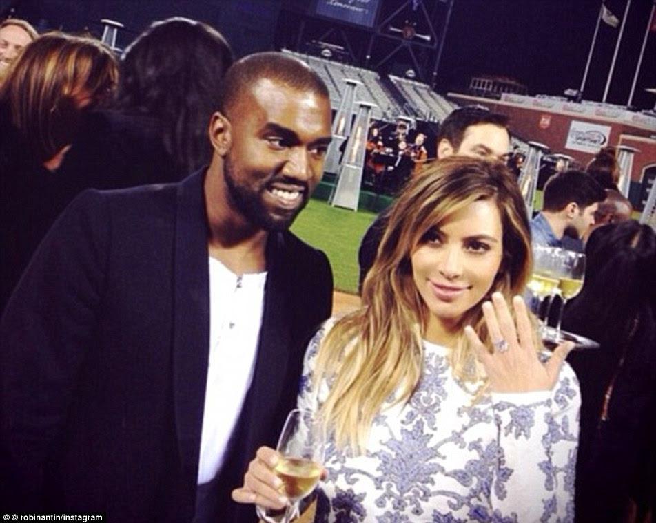 Kanye West deu Kim um gigante sparkler 15 quilates de Lorraine Schwartz, quando ele propôs a AT & T parque de beisebol, em San Francisco.  Ele é pensado para ser pena para cima de $ 1600000