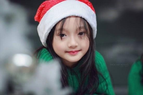Hình ảnh Bé gái Việt chụp ảnh Noel gây sốt cư dân mạng số 1