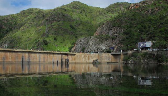 El San Roque. No puede ocupar toda su capacidad porque Villa Carlos Paz avanzó sobre costas que, con el lago lleno, se inundarían (La Voz).