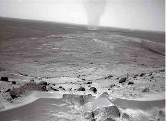 Een stofhoos op Mars.