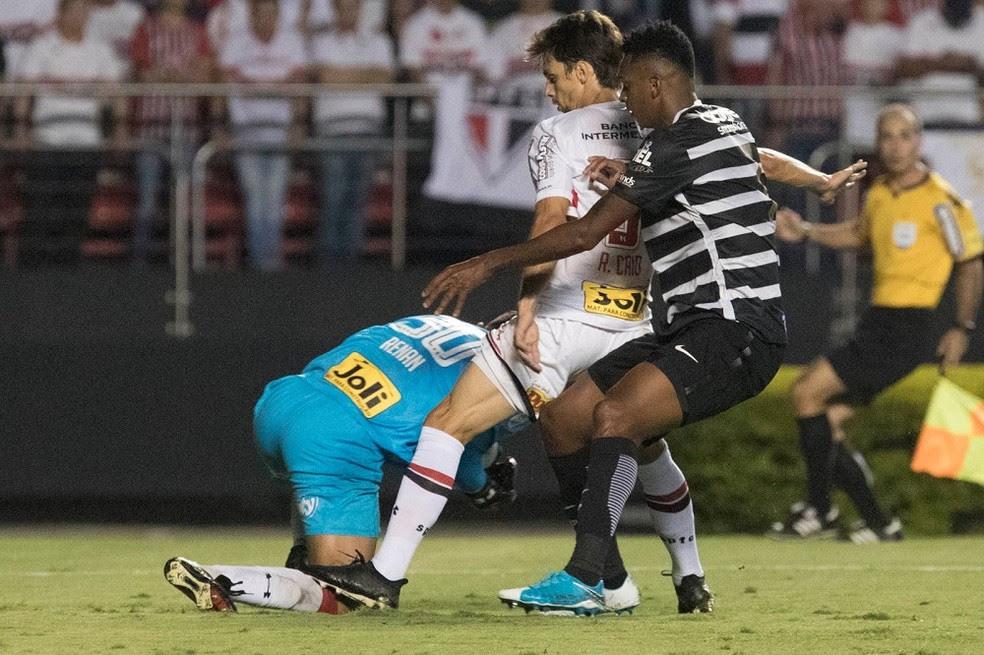 Aos 39 do 1º tempo, Rodrigo Caio pisa em Renan, com Jô atrás dele (Foto: Daniel Augusto Jr/Ag. Corinthians)