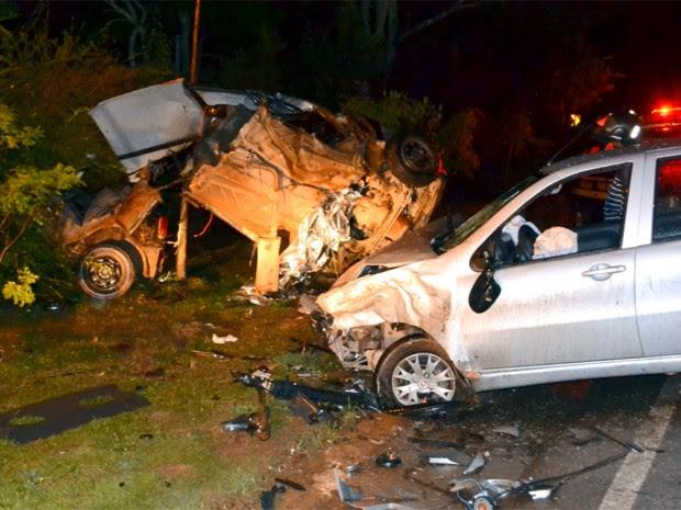 Carro em que homem estava ficou destruído; ele estaria em alta velocidade, conforme testemunhas. (Foto: Luciano Lopes)