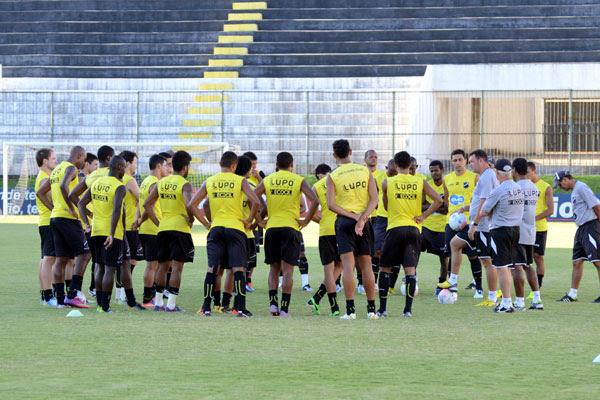 Roberto Fernandes tem o time titular recomposto, mas optou por alimentar a dúvida no alvinegro