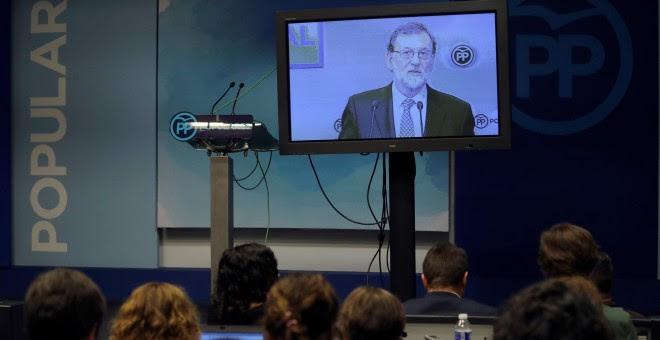 Los informadores siguen a través de un monitor la intervención del líder del PP, Mariano Rajoy, en la reunión del Comité Ejecutivo Nacional del partido, la primera tras  perder el Gobierno en una moción de censura. EFE/ Ballesteros