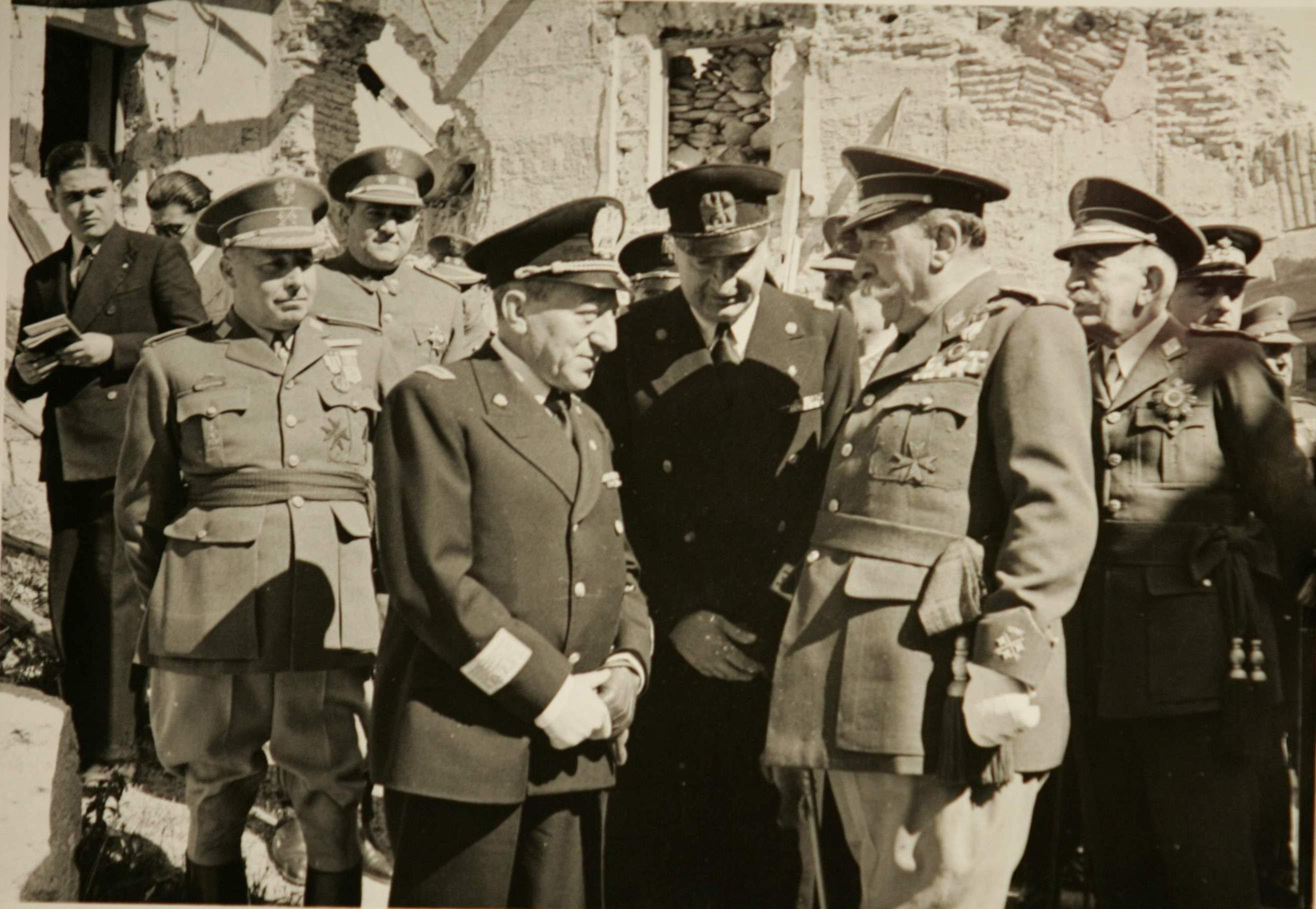 Luis Moreno Nieto (a la izquerda) como periodista junto a militares franquistas. Colección Luis Alba