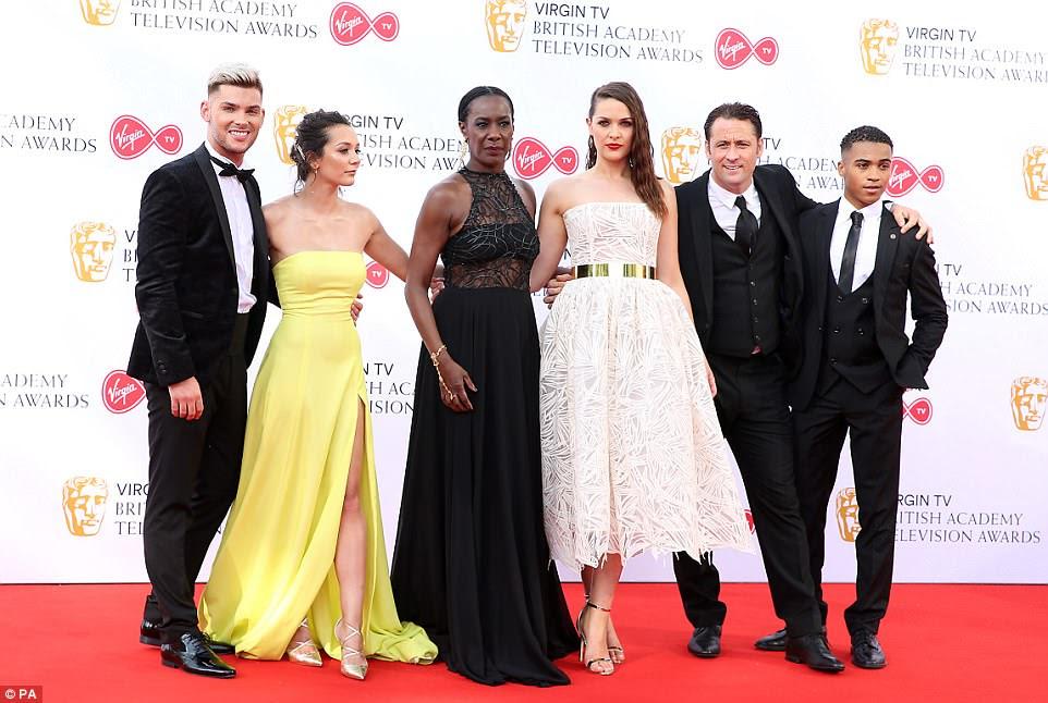 Esperando por uma vitória: o elenco de Hollyoaks - Kieran Richardson, Nadine Mulkerrin, Jacqueline Boatswain, Anna Passey e Nick Pickard - uniram forças no tapete vermelho