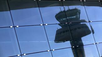 Una torre de control de l'aeroport