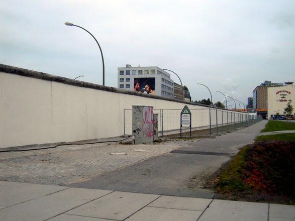 http://eastsidepaintress.files.wordpress.com/2009/11/berliner-mauer-westseite-14.jpg?w=587&h=440
