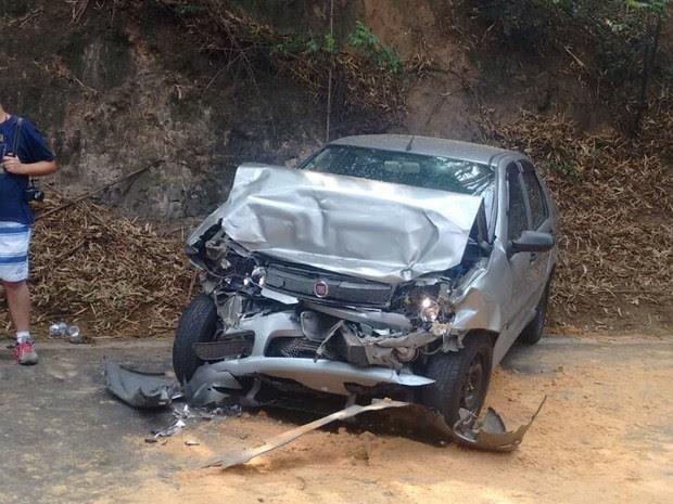 Os cinco passageiros do carro estão hospitalizados (Foto: Corpo de Bombeiros)