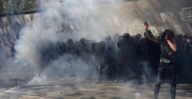 Policías antidisturbios franceses avanzan con escudos para hacer retroceder a los jóvenes que protestan en contra de la propuesta de la legislación laboral francesa durante la marcha del Primero de Mayo.-REUTERS / Philippe Wojazer