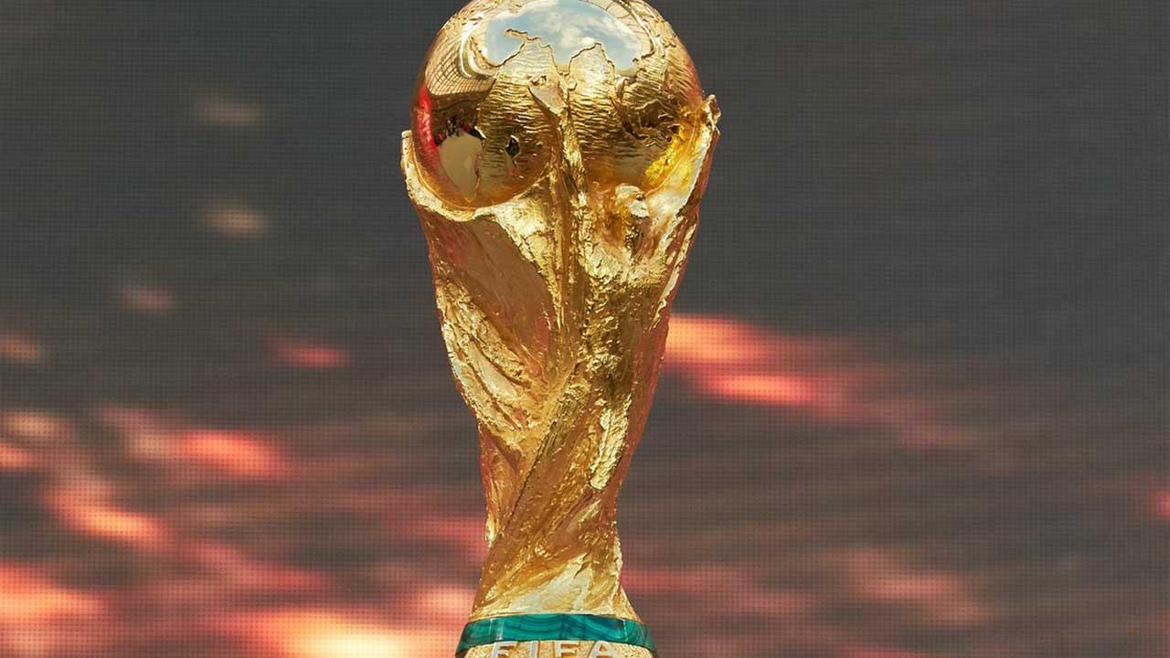 2- قامت اللجنة باختيار الفنان الإيطالي سيلفيو جازانيجا لشرف صناعة الكأس الجديدة، بلغ ارتفاع هذا الكأس المقترحة 36.5 سم ( 14.4 بوصة) ..