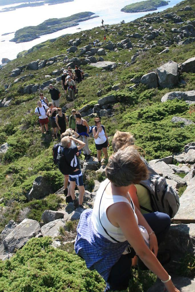 Her er vi i gang på klatringen til toppen av Batalden som er ca 500 meter over havet!