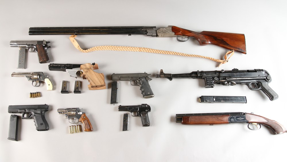 VÅPENBESLAG: - VÅPENBESLAG: Dette er våpnene som ble funnet under en politirazzia mot Hells Angels lokaler på Alnabru 13. januar 2011 - Foto: Politiet /
