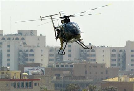 Un hélicoptère de la société militaire privée Blackwater, survolant Bagdad.(Photo : AFP)