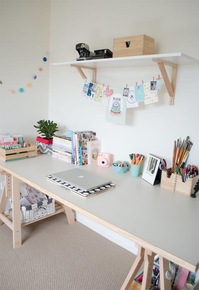 Quarto decorado com simplicidade e aconchego Escrivaninha feita com cavaletes