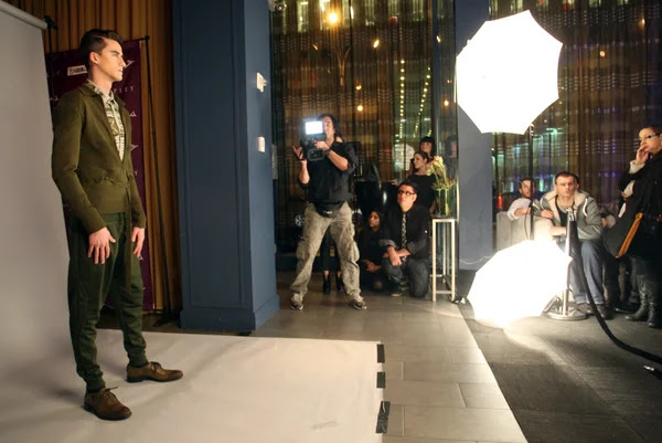 Nueva york - el 13 de febrero: modelo posa para los fotógrafos en el sergio Dávila caen la presentación de la colección invierno 2012 en el salón 48 durante la semana de la moda de nueva york el 13 de febrero de 2012 en Nueva York — Foto de Stock #12570733