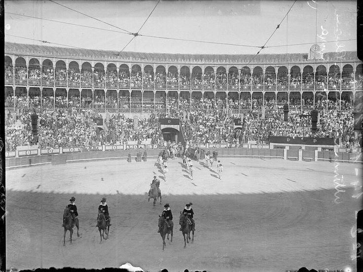Plaza de toros de la plaza Goya. Último festejo antes de su derribo. Paseíllo