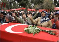 Dolientes en  Gaziantep, al sur de Turquía, en el funeral de una mujer que murió la  semana pasada en un incendio en Ludwigshafen, Alemania, que mató a ocho  inmigrantes turcas. Foto: AP
