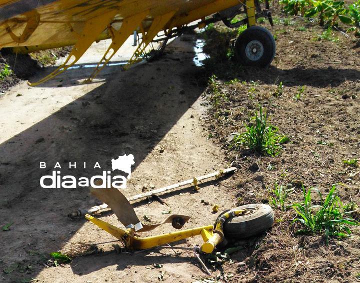 Roda de avião que precisou de pouso forçado se soltou (Foto: Reprodução/Whatsapp)