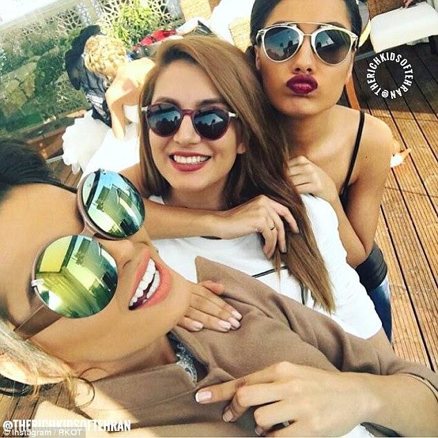 Para muitas das mulheres jovens caracterizado na conta as suas fotos lhes permitem mostrar as suas compras de moda