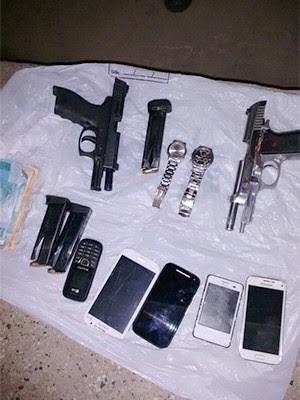Com os suspeitos foram apreendidas armas, celulares e um quantia em dinheiro (Foto: Divulgação/PM)