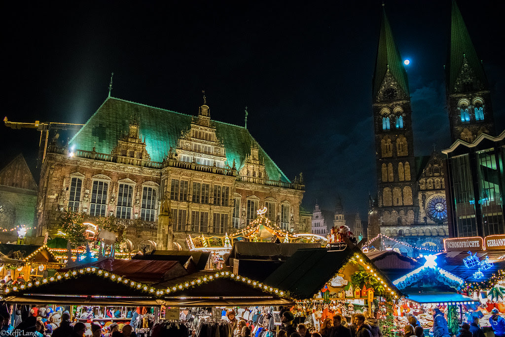 Bremen- the moon lights up the christmas market