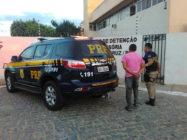 Homem foi preso durante fiscalização da PRF em Santa Cruz (Foto: Divulgação/PRF)