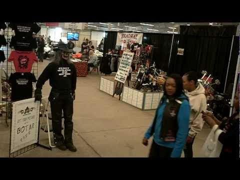 Video que muestra a un hombre disfrazado de esqueleto asustando a la gente